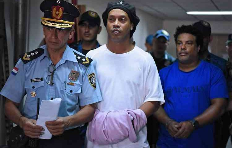 Ronaldinho Gaúcho e o irmão continuam presos. Por essa o Bruxo não esperava…