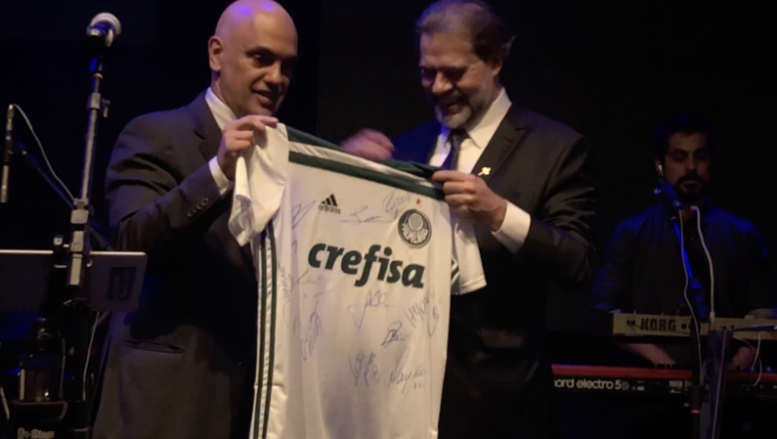 Corintiano, Alexandre de Moraes presenteia Toffoli com camisa do Palmeiras