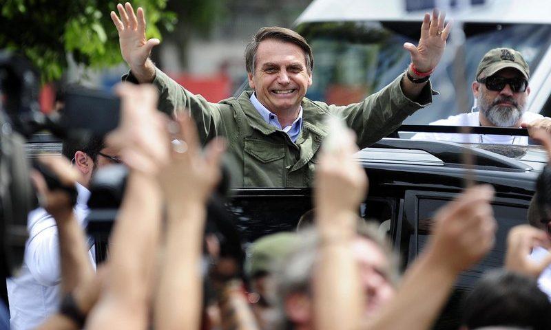 Bolsonaro vai à praia na Bahia com a filha