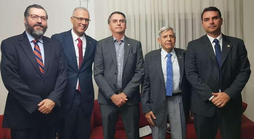 Bolsonaro recebe visita de embaixador de Israel na Granja do Torto