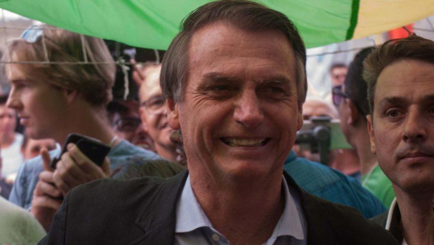 Após cirurgia, Bolsonaro posta vídeo caminhando pelo corredor do hospital