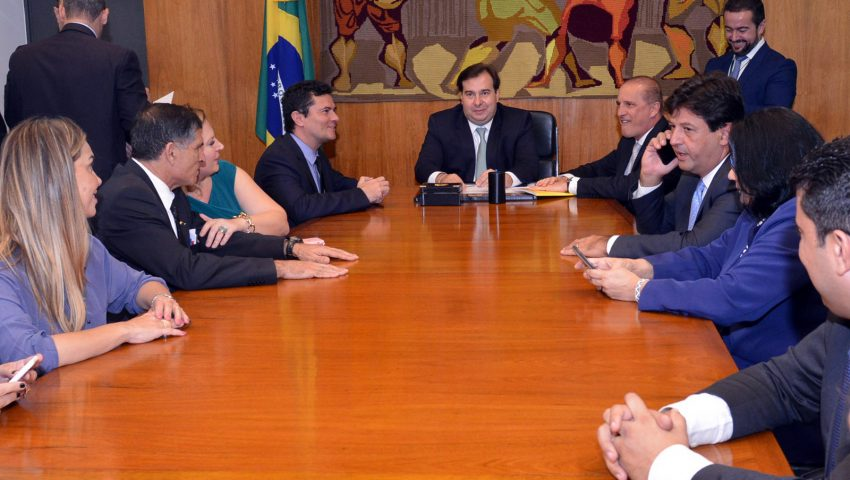 Comitiva com seis ministros se reúne com presidente da Câmara para apresentar projeto de lei anticrime