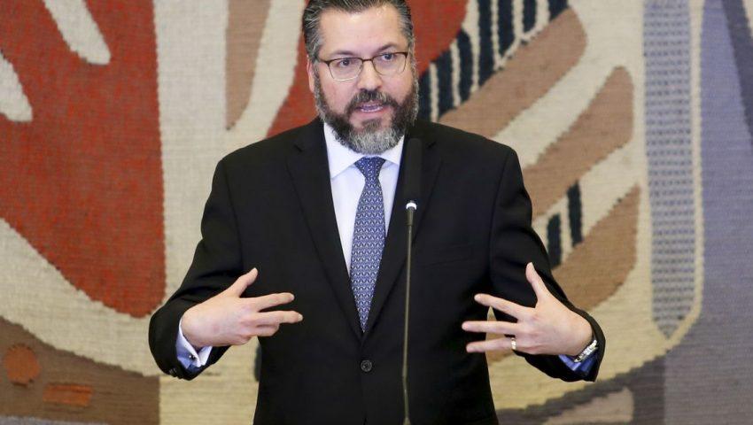 Diplomacia segue com apoio irreversível à libertação da Venezuela, diz Araújo