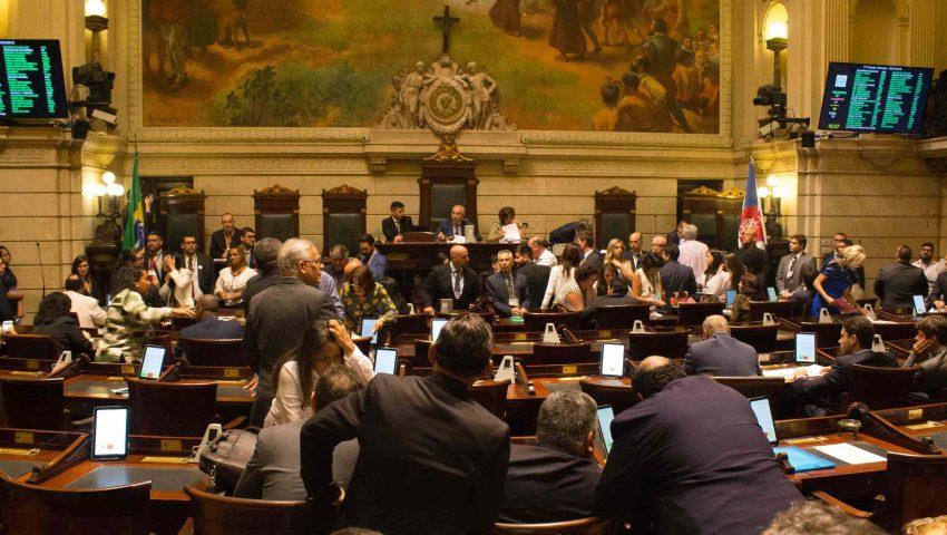 Carlos Bolsonaro, PT e PSOL aprovaram pedido de impeachment de Crivella; veja os votos