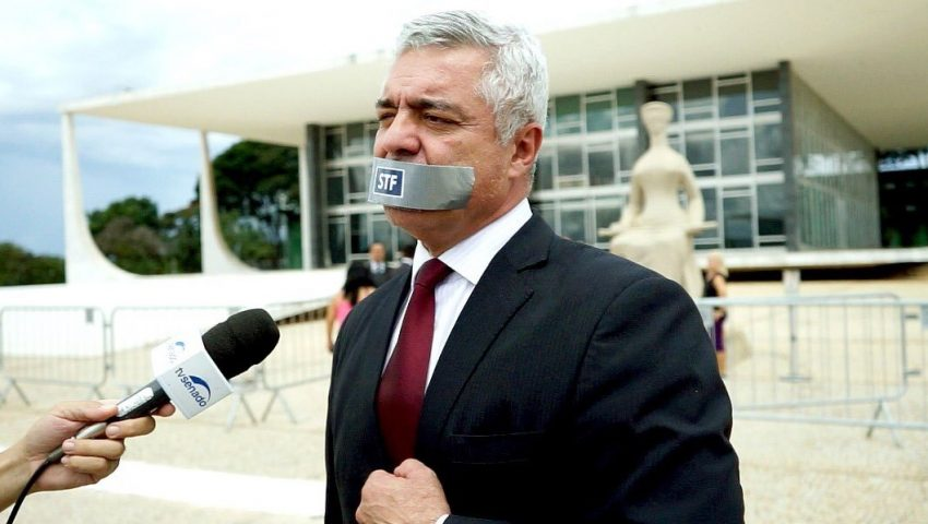 Com mordaça, Major Olímpio protesta contra a censura do STF