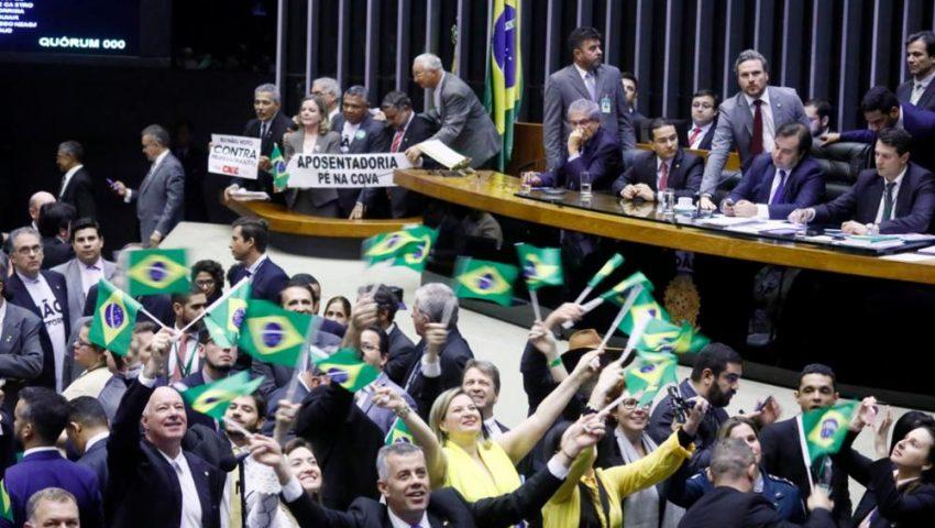 Plenário da Câmara se divide entre bandeiras do Brasil e faixas contra a reforma da Previdência