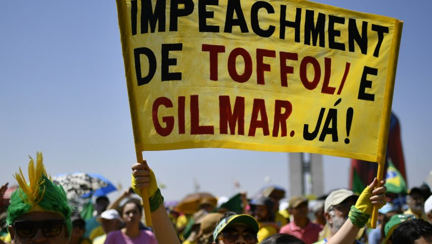 Manifestantes tacam tomates em imagem de ministros do STF na Av. Paulista