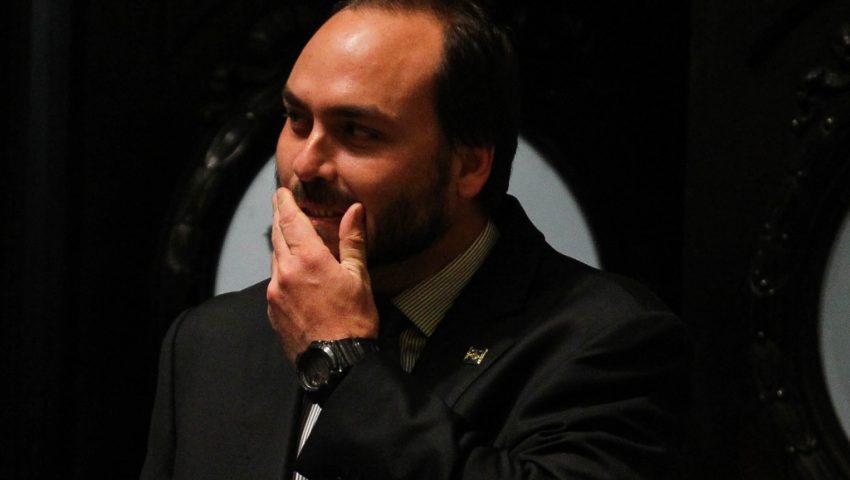 Um mês após desativar contas, Carlos Bolsonaro volta às redes sociais