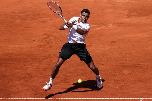 Monteiro estreia com vitória em Paris