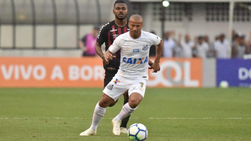 Santos vence Atlético com erro da arbitragem