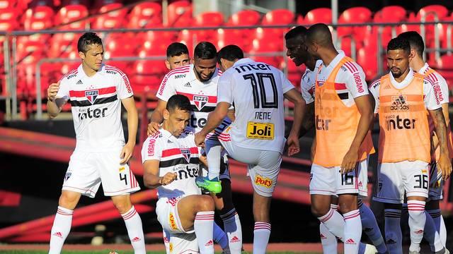 Corinthians para Internacional e deixa São Paulo na liderança