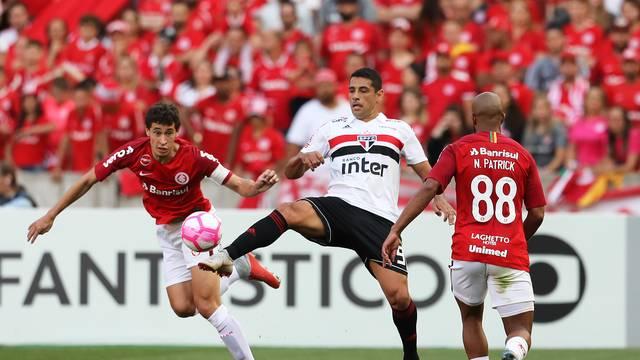 Com medo de vencer, São Paulo fora da briga pelo título