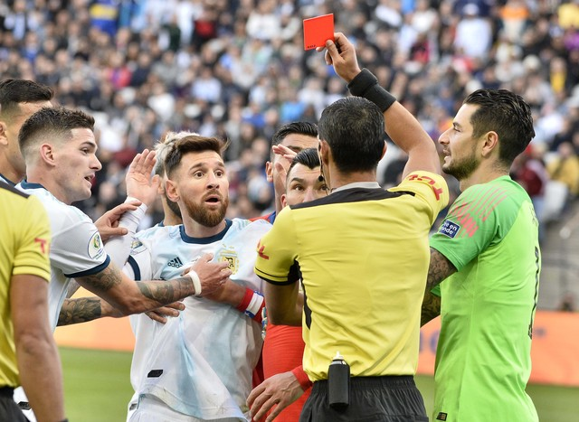Quem vai lembrar desse árbitro no futuro?