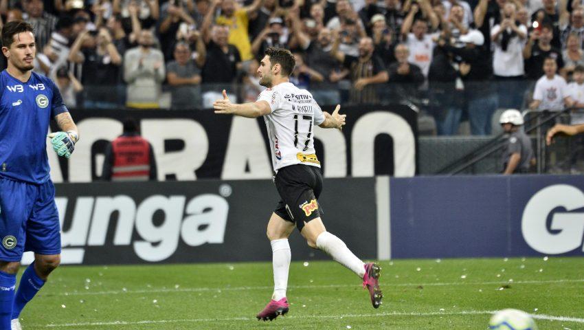 Corinthians melhora e encosta