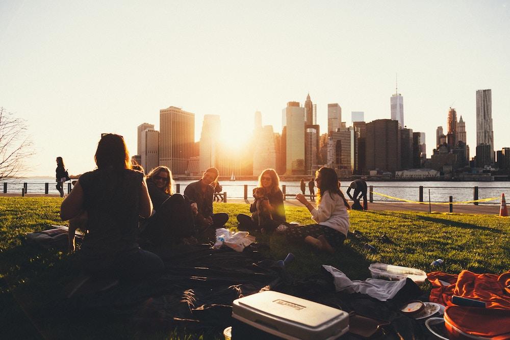 Um picnic no Brooklyn com vistas para Manhattan é um programa e tanto para fazer com as amigas.