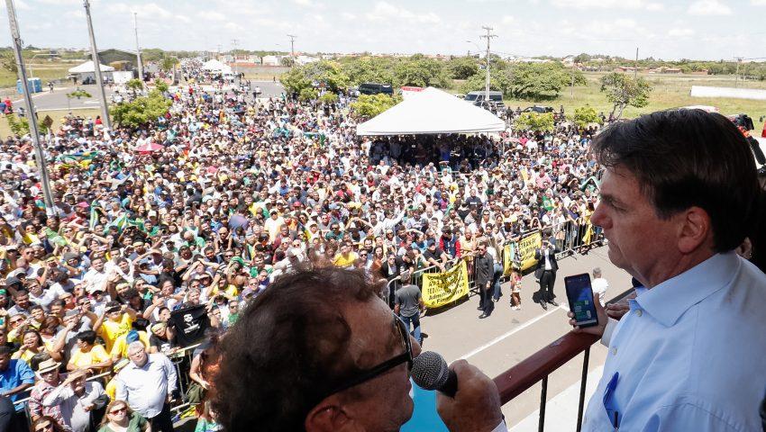 Atentai bem! Folclórico Mão Santa reaparece ao lado de Bolsonaro