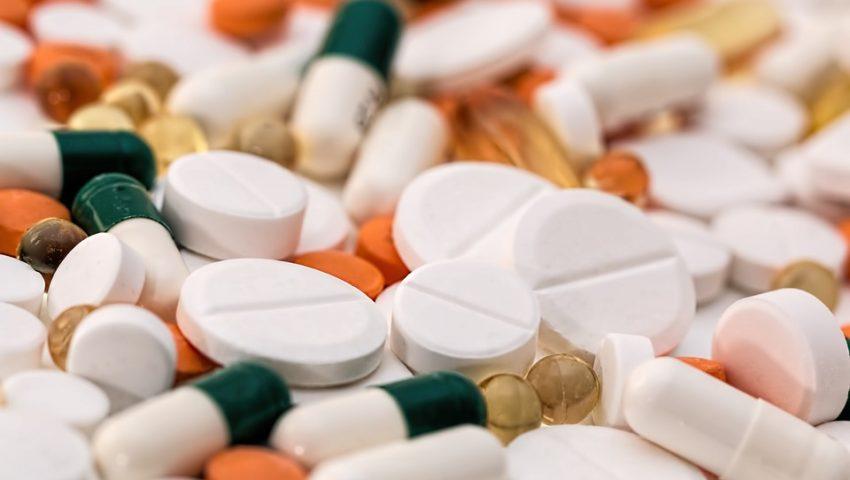 Você sabia que não deve cortar o antibiótico ao meio nem jogar o que sobrou em qualquer lugar?