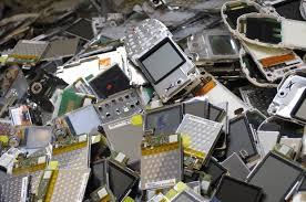 CARTOLAS escondem computadores e jogam telefones no lixo